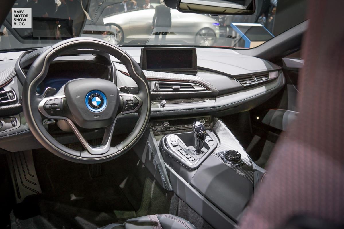 Bmw i8 protonic red edition live at 2016 geneva motor for Interior auf deutsch